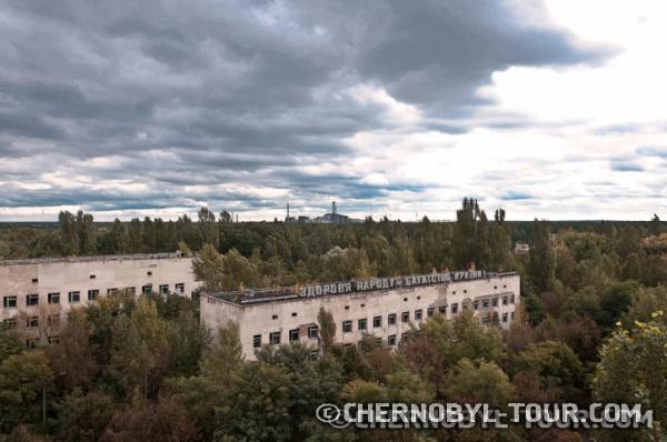 Больница города Припять. Вид на ЧАЭС